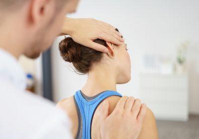 physiotherapeut behandelt eine patientin mit nackenschmerzen